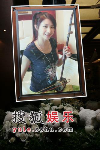 组图:许玮伦灵堂简单朴实 白玫瑰主美丽优雅