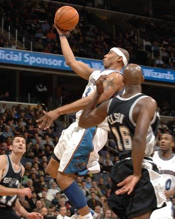 NBA图:马刺胜奇才 巴特勒单手上篮