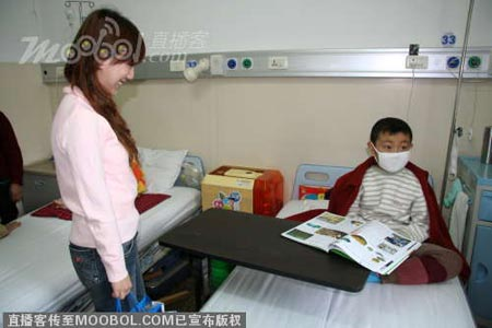 爱心天使幼教美眉赴医院看望重症白血病患儿袁斌