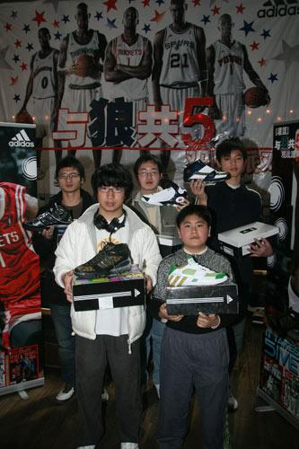 京沪球迷与狼共5 看麦迪PK加内特赢限量版球鞋