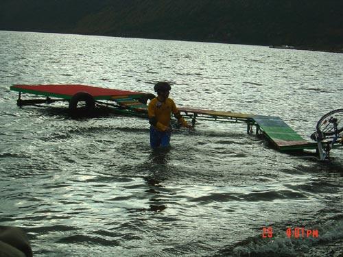 图文:奥运舵手南部赛区选拔 参赛选手不慎落水