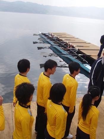 图文:奥运舵手南部赛区选拔 选手准备登艇