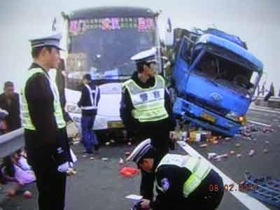 福银高速临川段大货与客车相撞 导致2死6伤(图)