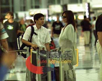 """组图:关系不一般 叶璇熊倪香港机场""""吻别"""""""