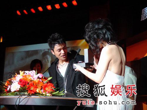 陈坤曾黎时隔一年首同台 亮相最IN男星颁奖礼