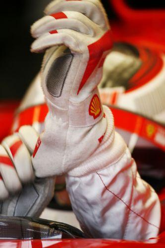 图文:赫雷斯赛道试车第三日 雷克南戴上手套