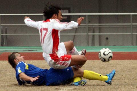 图文:中哈之战国足1-0小胜 哈队员背后铲人