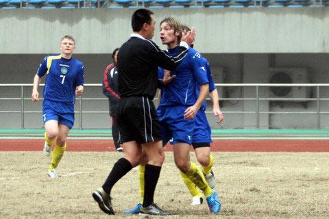 图文:哈萨克斯坦队员背后铲球 主裁判处以极刑
