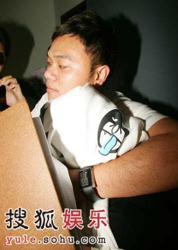 纪念许玮伦音乐会 男友黯然神伤助理布包头入场