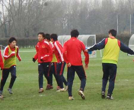图文:国奥斗殴后首训 任意球训练