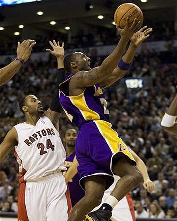 NBA图:湖人负猛龙 科比飞身上篮