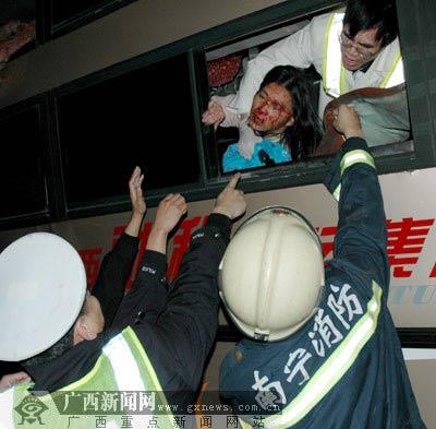 广西南北高速昨晨客车追尾 致1人死亡35人受伤