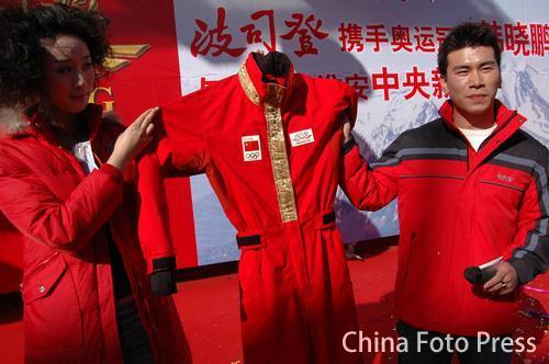 图文:奥运冠军韩晓鹏出席商业活动 气氛热烈