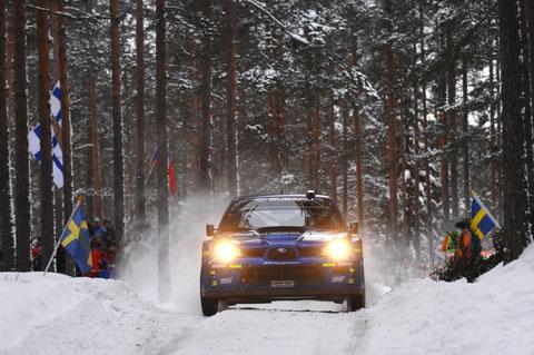 图文:WRC瑞典站第二赛段开赛 车迷雪夜看比赛