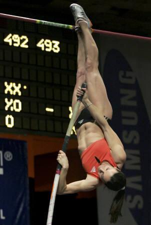 伊辛巴耶娃跳出4米93成绩 再破撑杆跳世界纪录