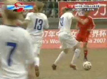 图文:热身赛中国1-0俄罗斯 俄罗斯10号突破