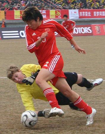 图文:热身赛中国1-0俄罗斯 马晓旭带球突破