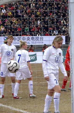 图文:热身赛中国1-0俄罗斯 俄队员失球后沮丧