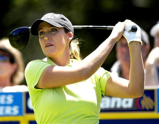 图文:07澳洲女子大师赛韦伯捧杯 美女科尔开球