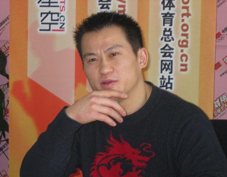 图文:举重奥运会冠军张国政专访 冥思苦想