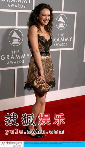 图:流行歌手希拉里·达芙靓丽迷人亮相红毯