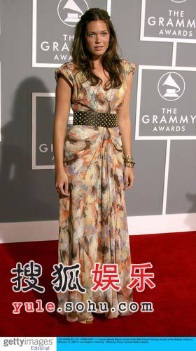 图:歌手曼迪·摩尔风情典雅亮相红毯