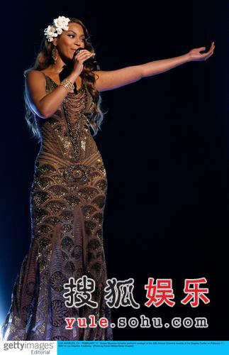 图:碧昂丝华丽美艳 登台献唱