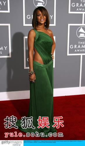 图:R&B歌手蕾哈娜亮相 清新明媚