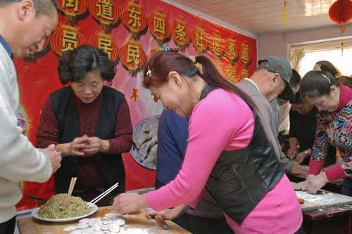 社区办起饺子比赛