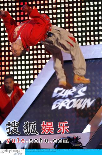 图:克里斯-布朗现场劲歌热舞 大玩倒立