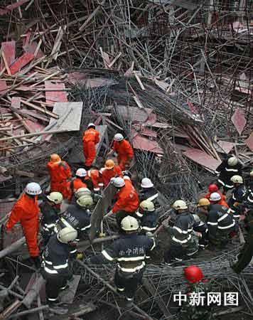 广西医科大学在建图书馆坍塌7死7伤(组图)