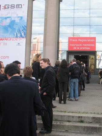 图为在3GSM展会外,参会人员排起的注册长队。