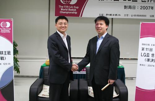 图文:携手破韩进决赛 胡耀宇周俊勋开心合影