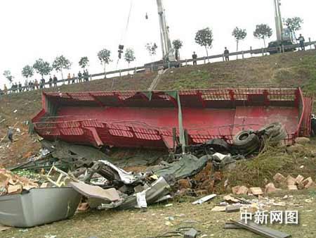 京珠高速广东北段发生特大车祸 造成8死5伤(图)图片