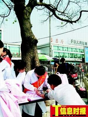 """广州火车站向旅客派发""""女性防骗访盗扑克牌"""""""
