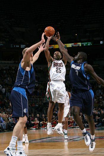 NBA图:小牛对阵雄鹿 约翰逊中投