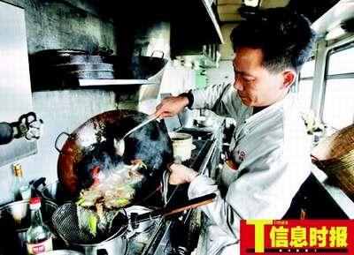 记者体验列车餐车工作人员艰辛(图)
