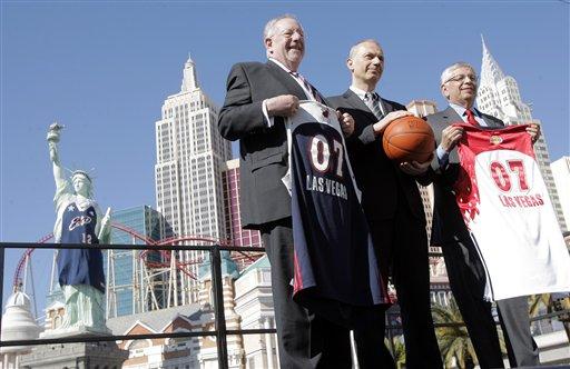 图文:NBA全明星赛一触即发 斯特恩展示球衣