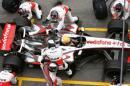 图文:F1西班牙试车结束 迈凯轮的进站演练