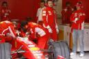 图文:F1西班牙试车结束 舒马赫观看赛车调校