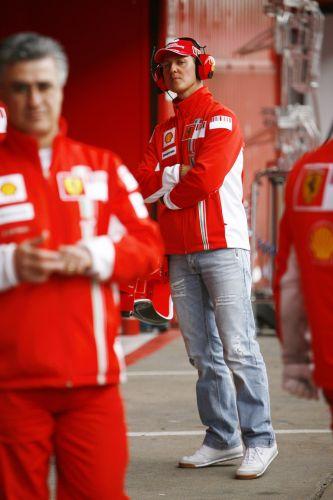 图文:F1西班牙试车结束 舒马赫四处观望