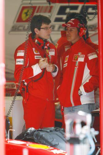 图文:F1西班牙试车结束 舒马赫与戴尔交谈