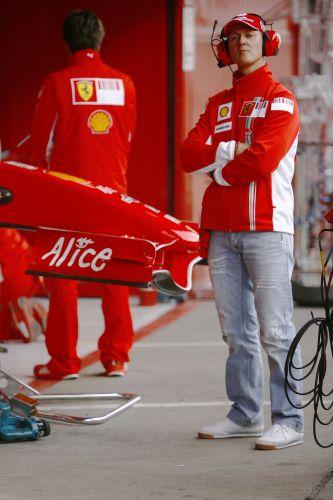 图文:F1西班牙试车结束 舒马赫在场外