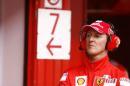 图文:F1西班牙试车结束 舒马赫在思考