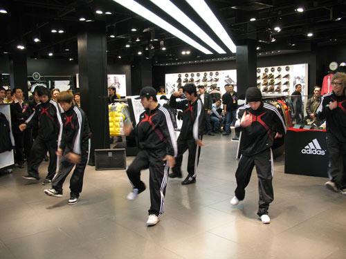 阿迪达斯首家旗舰店广州开业 启动2008奥运战略