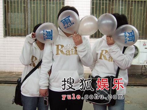 长沙机场--FANS拿RAIN的气球遮住脸