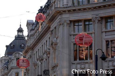 图文:王大雷兰帕德喜迎新春 红灯笼被高高挂起