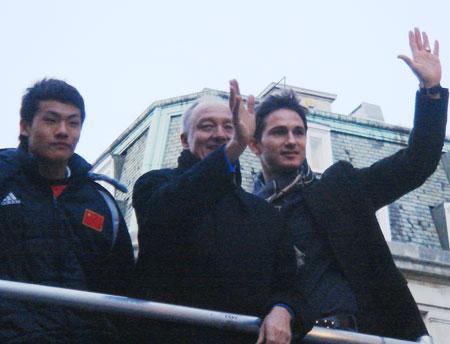 图文:国奥队出席亮灯仪式 王大雷和伦敦市长