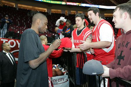 NBA图:火箭坐镇主场迎战小牛 赛前穆大叔给球迷签名