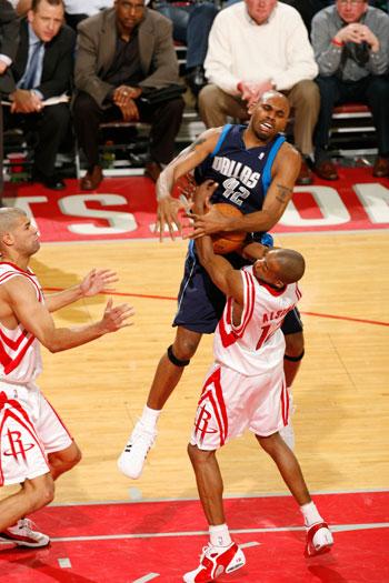 NBA图:火箭坐镇主场迎战小牛 斯塔克豪斯遭偷袭
